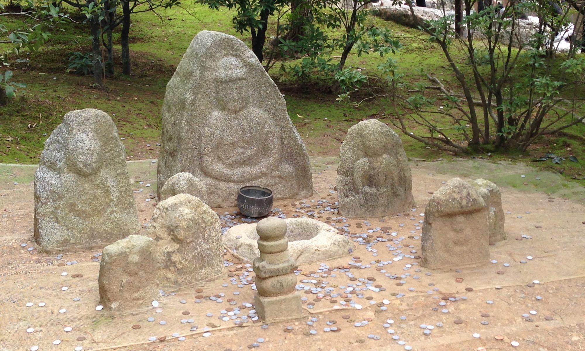 Glücksmünzen beim Kinkaku-Ji, Goldener Tempel in Kyoto